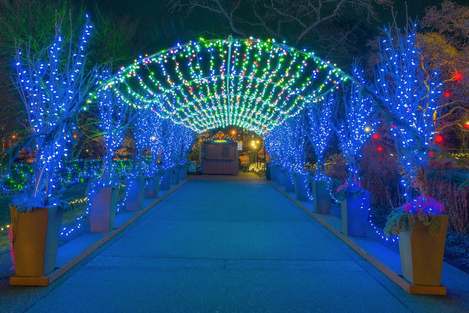 experience even more winter magic after hours during phipps tranquil candlelight evenings from november 25 through january 8 phipps will stay open until