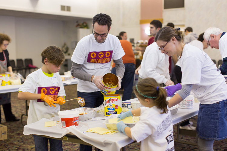 Volunteers at Poale Zedeck Cong, making lasagna to be delivered to the Sq Hill Food Pantry. Keller Family, L to R, Jonah(10), Matt, Arielle(6) and Kristen. Photo by Joshua Franzos Photography