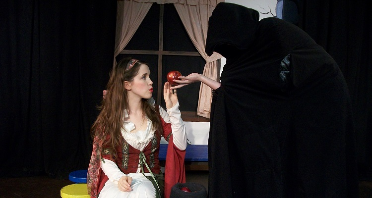 Snow White. Image courtesy of Gemini Theater Company.